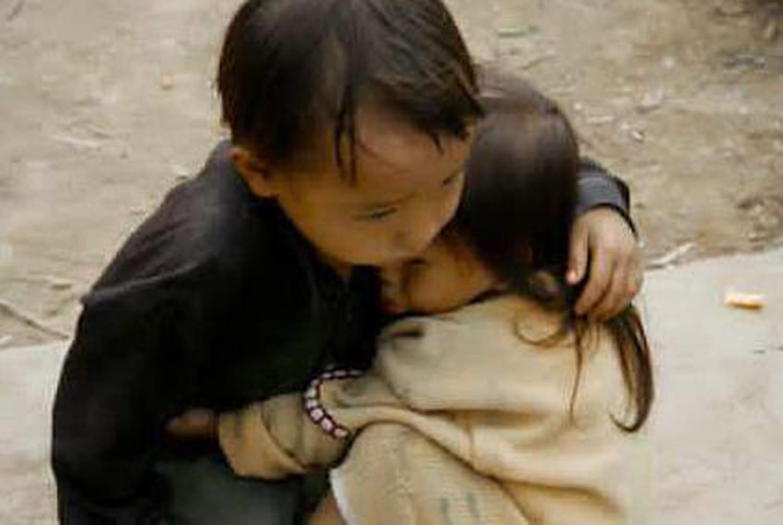 Séisme au Népal : la vérité sur la photo détournée desdeux enfants enlacés