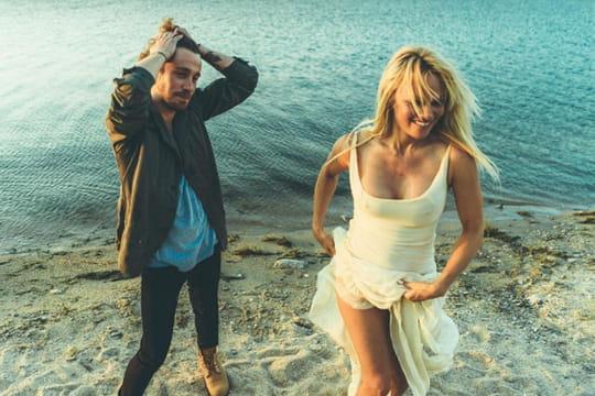 """Julien Doré : après """"Le Lac"""", sa jolie déclaration à Pamela Anderson"""