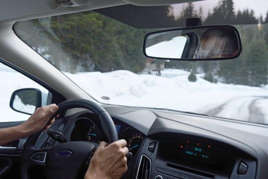 Conduire sur la neige: les règles de sécurité, conseils et astuces
