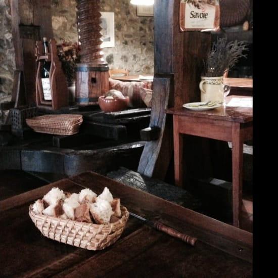 Restaurant : Cave de la Ferme  - Le décor. : un vieux  pressoir en bois -