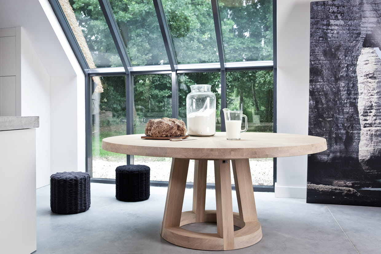Une table ronde pour rassembler toute la famille for Table exterieur etroite