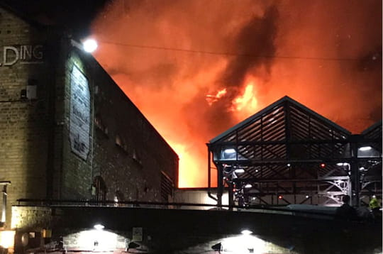 Incendie Londres: les images du feu qui a ravagé Camden Lock