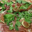 Plat : Portofino chez Gopi  - La pizza Fichi : jambon de Parme, parmesan, roquettes et ses figues fraîches -   © ChezGopi