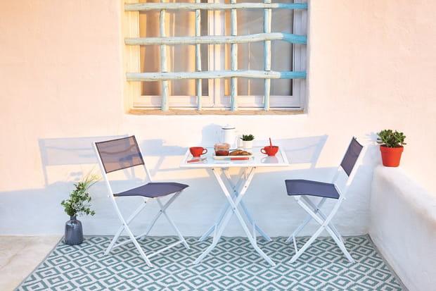 Une table et des chaises pliantes pour les petits espaces