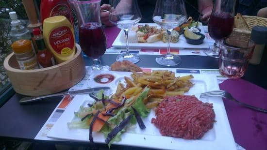 Rest'O des Halles  - Le traditionnel steack tartarte, frites, salade : une assiete copieuse et savoureuse ! -   © Aude D.