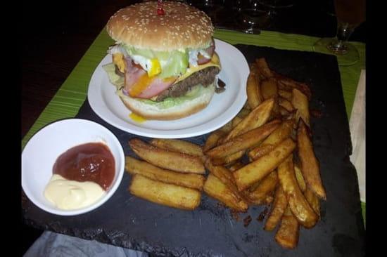 """Plat : La Cantine  - Un burger """"texan"""" accompagné de frites et sauces maison!! Une tuerie !!! C'est un vrai régale qui réconcilie avec le burger  -"""