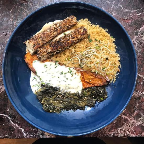 Plat : Koon  - Patate douce rôtie au four et sa crème ciboulette, épinards, semoule, bâtonnets de halloumi au Zaatar, sauce tahini au citron -   © KOON