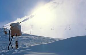 le canon à neige, ennemi du skieur écolo.