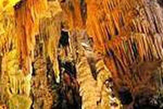 Pourquoi y a-t-il des stalactites et des stalagmites dans les grottes ?
