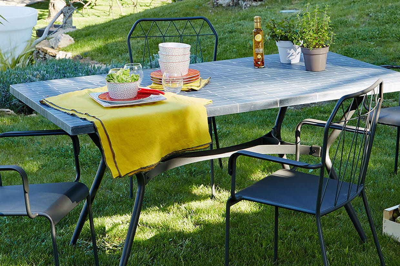 Une table de jardin en pierres naturelles for Table en pierre exterieur