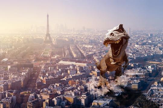 Tour Eiffel: un dinosaure au premier étage de la Dame de fer