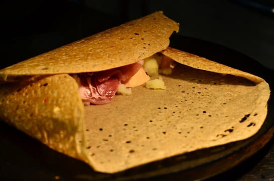 Crêperie de la Cathédrale  - La galette Tartiflette en cours de cuisson -