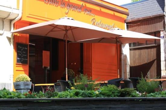 Dans la grand'rue... Restaurant.