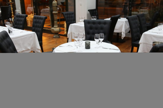 Restaurant Diwali  - Table ronde nappée pour 3 couverts -   © DG