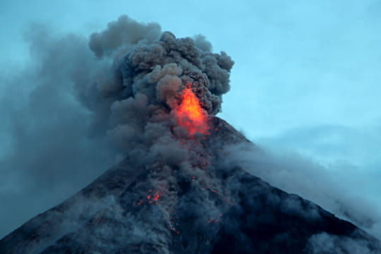 Philippines : éruption du volcan Mayon, les touristes accourent sur l'île