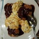 Dessert : Le Grill Saint Jean  - Profiteroles glace vanille chantilly amandes effilees sauce choco noir -