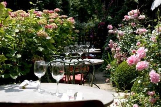 Le Café des Artistes  - La terrasse à l'ombre des rosiers et des hortensias -