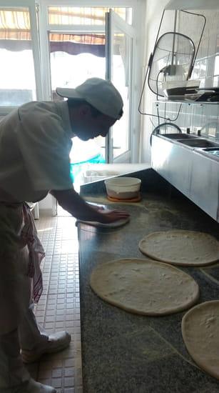 Plat : Roma Pizza  - Ouverture de la pate a la main -