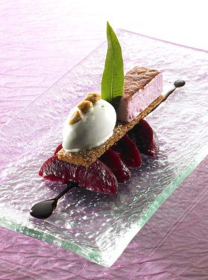 Auberge Saint Jean  - Pêche de vigne pochée au vin rouge, crème chiboust au vieux Bordeaux, biscuit spéculos et crème glac -   © Philippe Exbrayat