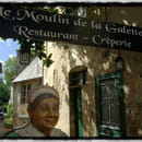 Le Moulin de la Galette  - La célèbre Mamie, à l'entrée de la ruelle qui mène au restaurant -   © Aurélie Lainé