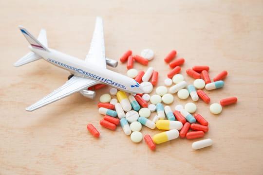 Médicaments en avion: en cabine ou en soute? Réglementation et précautions