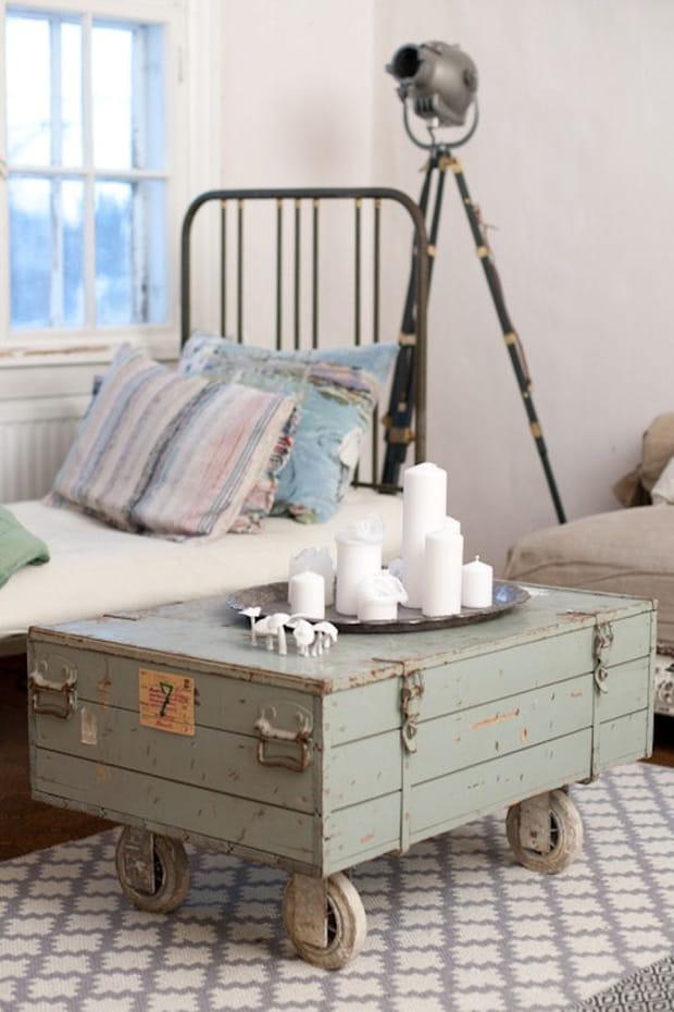 une table basse avec une malle. Black Bedroom Furniture Sets. Home Design Ideas