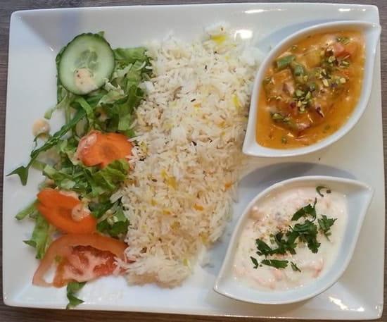 Bolly  Food  - Formule BOLLYWOOD: Raita, Poulet curry, Riz, Crudités Accompagnée de son Pain fromage et dessert -   © BF&G