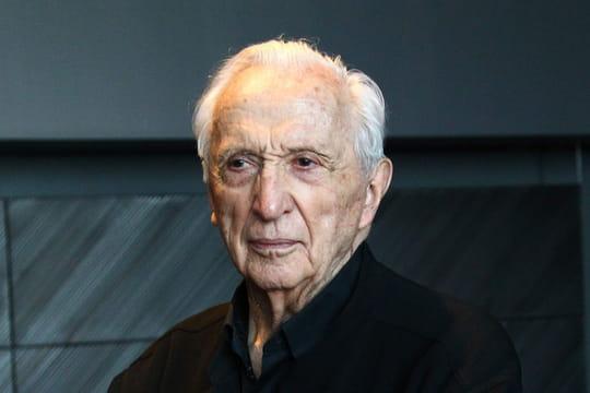 Pierre Soulages: biographie du peintre abstrait expert de l'outrenoir