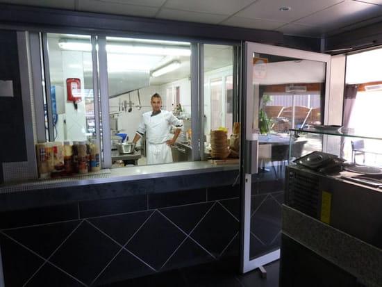 Restaurant le Saint JO  - La cuisine ouverte sur la salle de restaurant -