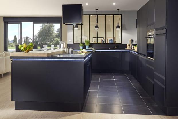 une cuisine ouverte avec ruban led. Black Bedroom Furniture Sets. Home Design Ideas