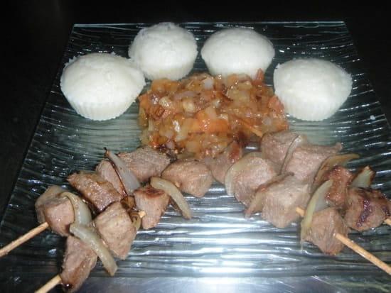 Palais des saveurs tropicales  - Brochettes de boeuf  avec sa sauce accompagnée d'ablo -   © PALAIS DES SAVEURS TROPICALES