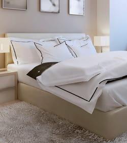lit avec parure de draps