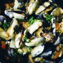 Plat : Crêperie L'Épi de Blé - Cap Malo  - Moules à la crème de curry - frites -   © -