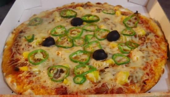 Chez Camembert Pizza  - LA SARCIVE : sauce tomate, fromage, olives, sarcives, ananas frais, gros piments frais -   © Camembert pizza