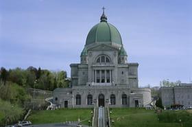Attaque au couteau à Montréal: un prêtre poignardé en pleine messe