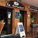 Restaurant : Le Chalet Chamrousse  - Entrée du restaurant sur la droite et des cadeaux souvenirs sur la gauche. -