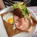 Plat : Le Lann-Bihoué  - La Galette Bray: emmental, neufchâtel, jambon blanc braisé et oeuf. Accompagné d'une aussi magnifique que délicieuse crêpe sarrasin en forme de bol remplit de salade.   -
