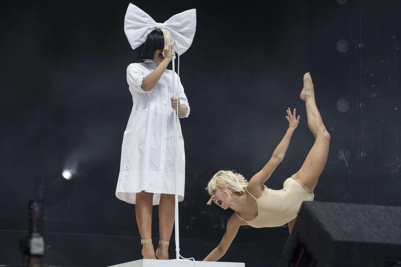 """Sia: qu'est-ce que la """"maladie du chewing-gum"""" dont elle souffre?"""