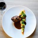 Plat : Restaurant la Couleuvrine  - Quasi de veau, choux vert, chutney de dattes et jus corsé au genièvre -   © La Couleuvrine