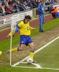 robert pires a porté le maillot d'arsenal de2000 à2006.