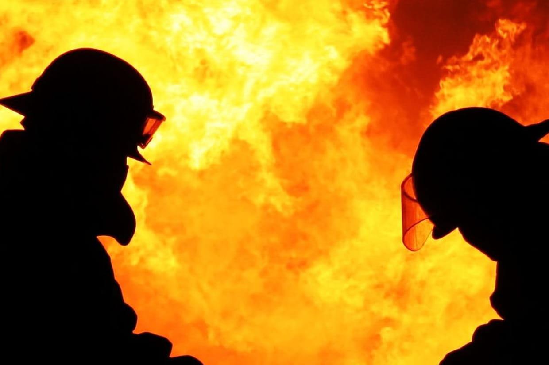 un homme risque sa vie pour sauver ses voisins d un immeuble en feu