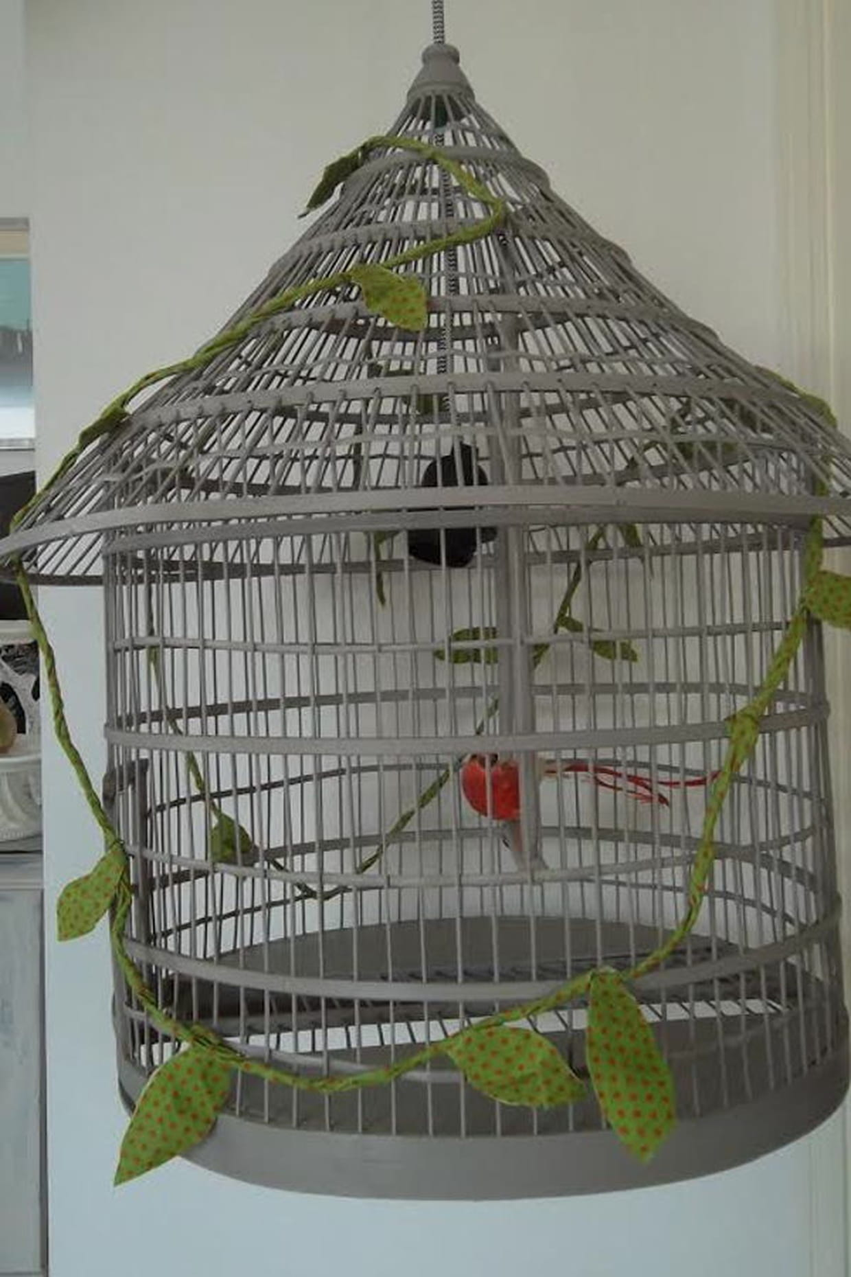 un lustre cage oiseau. Black Bedroom Furniture Sets. Home Design Ideas
