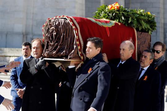 Franco: le corps du dictateur déplacé, des Franquistes lui rendent hommage