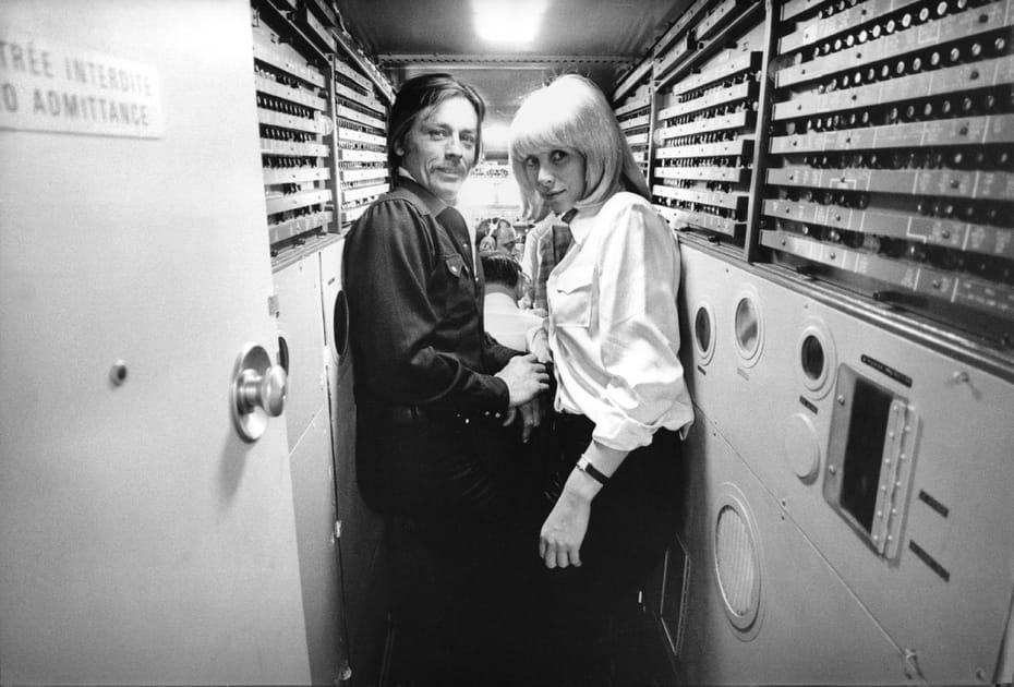 Alain Delon et Mireille Darc à bord du Concorde en 1975