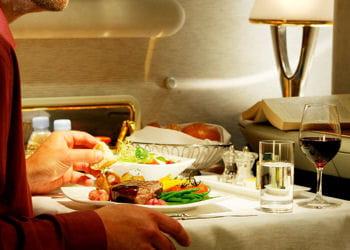 un repas en business classe sur un vol emirates