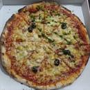 Chez Camembert Pizza  - LA CAMPAGNARDE : sauce tomate, fromage, olives, lardons, pomme de terre, oignons, crème fraîche -   © Camembert pizza