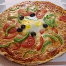 Chez Camembert Pizza  - L'ESPAGNOLE : sauce tomate, fromage, olives, chorizo, tomate fraîche, poivrons, œuf ¡ Buen provecho! -   © Camembert pizza