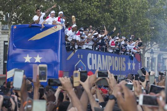 Champs-Elysées: le défilé express des Bleus en aura déçu plus d'un
