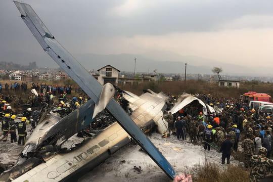 Crash d'avion au Népal: des images terribles de l'accident à Katmandou