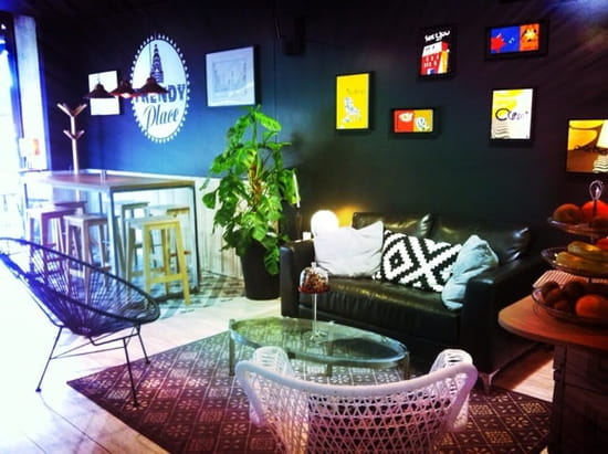 """Restaurant : Trendy place  - Coin cosy canapé a la """"friends"""" -"""
